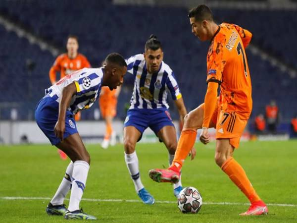 """Bóng đá QT 18/2: Ronaldo """"đỏ mặt"""" với pha rê bóng thất bại trước Porto"""